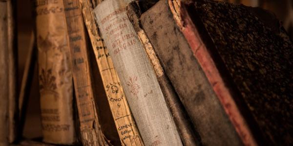 歴史を感じる古い本